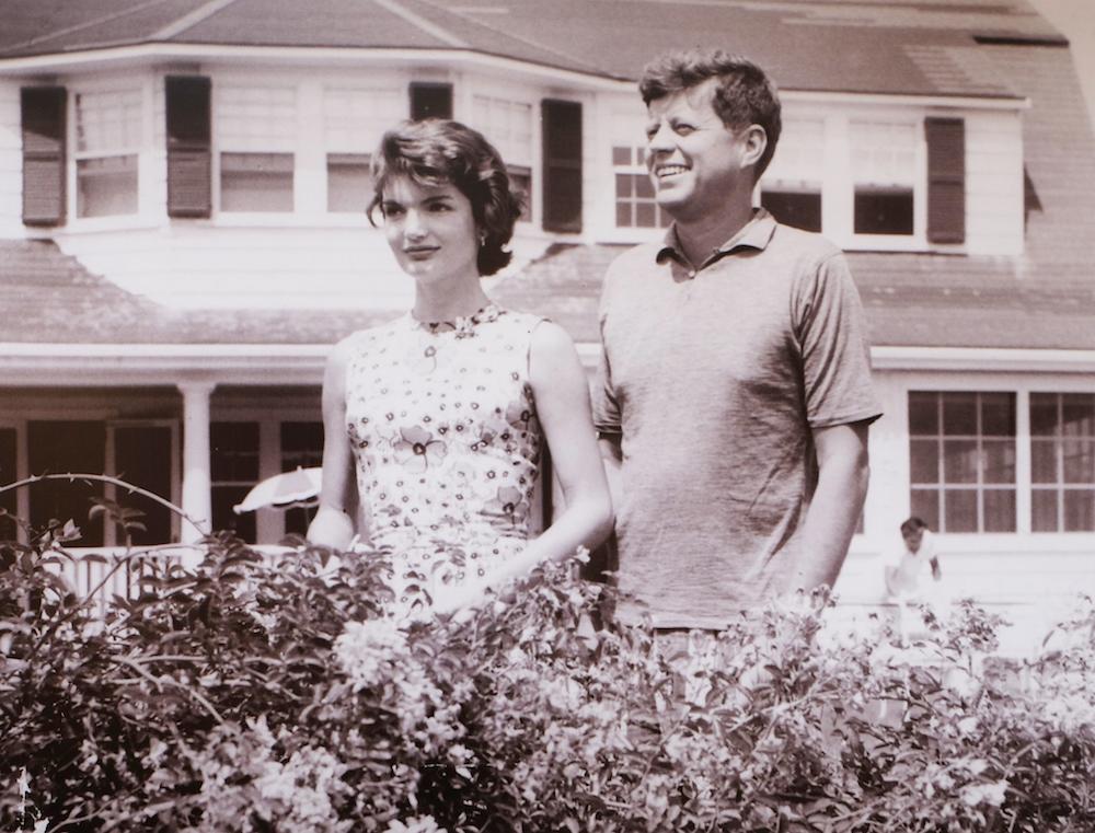 Jackie-est-recue-chez-ses-futurs-beaux-parents-a-Hyannis-Port-copie