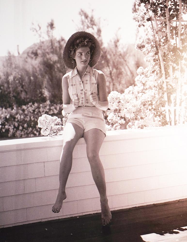L'une-des-plus-belles-photographes-de-la-collection.-Jackie-portant-un-ravisant-chapeau-de-paille